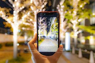 冬,夜景,アート,スマホ,オレンジ,ガラス,イルミネーション,ライトアップ,クリスマス,写真,丸,並木道,装飾,明るい,ミラー,デート,ショッピング,グランフロント,街路樹,携帯電話,グランフロント大阪,スクリーン ショット