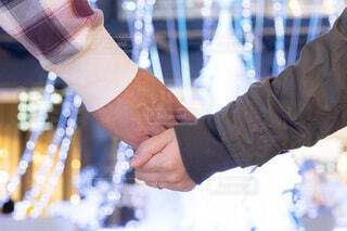 冬,夜景,カップル,屋内,青,手,気球,風船,手繋ぎ,イルミネーション,ライトアップ,人,夫婦,丸,装飾,明るい,デート,ショッピング,グランフロント,グランフロント大阪,クリスマス ツリー