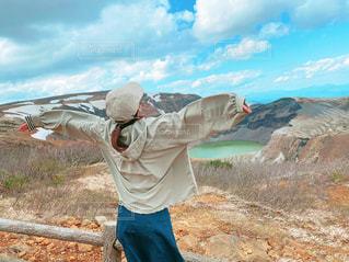 山頂で深呼吸している女性の写真・画像素材[3278875]