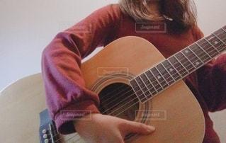 ギターを持っている人の写真・画像素材[3265623]