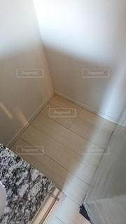 冷蔵庫を動かして床掃除の写真・画像素材[3100237]