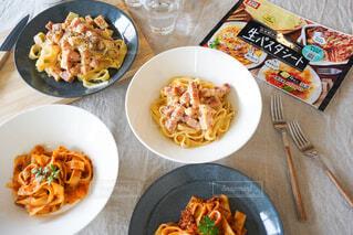 テーブルの上に食べ物を1杯入れるの写真・画像素材[4720662]