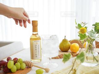 食べ物,お酒,屋内,オレンジ,テーブル,果物,野菜,皿,人物,人,レモン,ボトル,ハーブ,ドリンク,柑橘類,リンゴ,アンバサダー,ダイエット食品,グレープ フルーツ