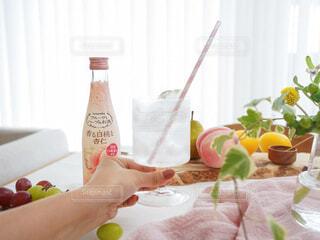 食べ物,お酒,屋内,ジュース,テーブル,皿,人物,人,ボトル,ハーブ,ドリンク,アンバサダー