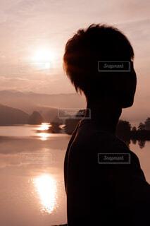 朝日にたたずむ人の写真・画像素材[4021024]