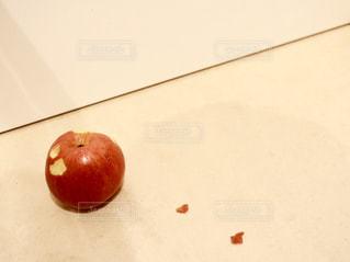 食べ物,屋内,フルーツ,果物,赤い,食材,謎,リンゴ,かじる,かじり虫