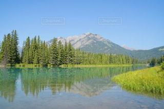 背景に山のある湖の写真・画像素材[3293763]