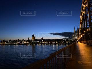 水域に架かる橋の上に時計を置いた大きな塔の写真・画像素材[2982201]