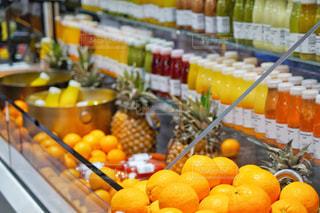 たくさんのオレンジで満たされた店の写真・画像素材[3002787]