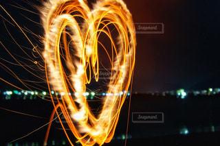 夜に浮かぶハートの写真・画像素材[3005757]