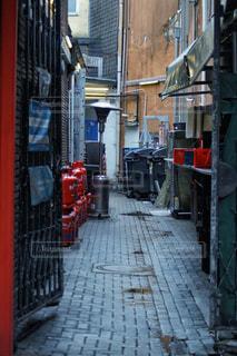 建物の裏の喧騒の写真・画像素材[3013959]