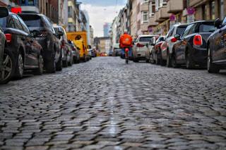 歩道に駐車している車の写真・画像素材[3020829]