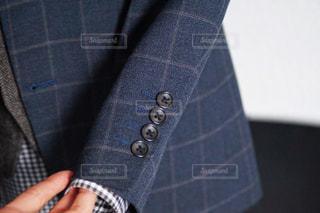 青と黒の服を持った手のクローズアップの写真・画像素材[3032982]