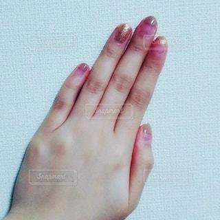 マニキュアを塗った手の写真・画像素材[3011439]