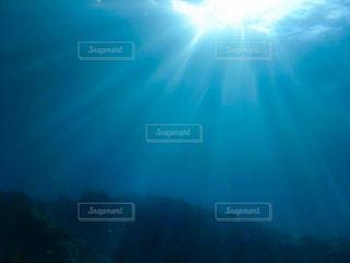 海の中に注ぐ光の写真・画像素材[2991821]
