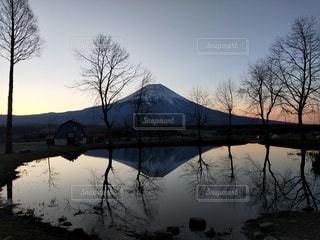 日の出の逆さ富士の写真・画像素材[3030804]