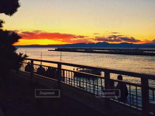夕陽と海と人々との写真・画像素材[2988426]