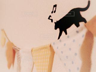 壁と黒猫とガーランドの写真・画像素材[2988591]