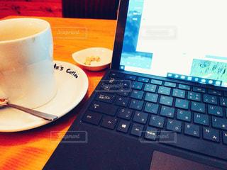 コーヒーとパソコンの写真・画像素材[2992570]