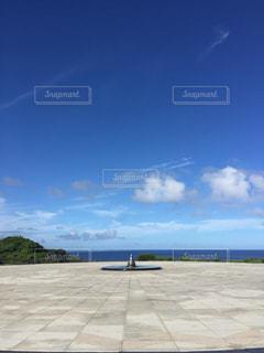 滑走路の上に座っている飛行機の写真・画像素材[2990881]