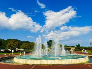 噴水の上に広がる雲の写真・画像素材[2997324]