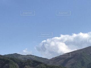 背景に大きな山の写真・画像素材[3003016]