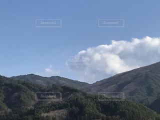 背景に大きな山の写真・画像素材[3003019]