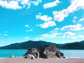 岩と砂浜の写真・画像素材[3028499]
