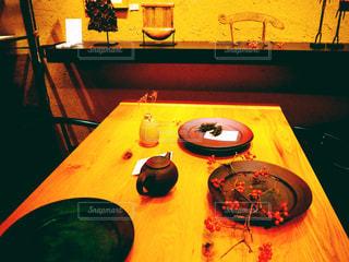 ウッドテイストの食卓の写真・画像素材[2996857]