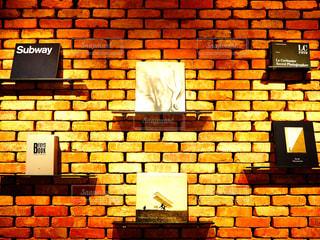 レンガ造りの本棚の写真・画像素材[2996862]