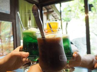 飲み物,夏,ジュース,窓,人物,イベント,グラス,乾杯,夏休み,ドリンク,パーティー,クリームソーダ,メロンソーダ,手元,飲料,コーヒーフロート,ソフトド リンク