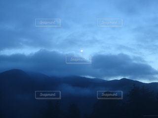 自然,風景,空,屋外,雲,暗い,霧,山,月,くもり,明け方,夜明け前