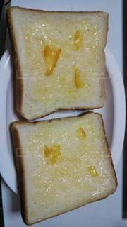 皿の上のパンの写真・画像素材[3158526]