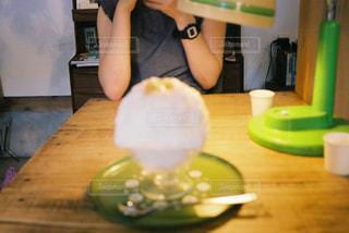 女性,1人,食べ物,夏,屋内,ライト,テーブル,人,食器,かき氷,ドリンク,若い