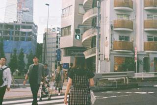 女性,1人,風景,建物,屋外,歩く,道路,夕方,都会,人,高層ビル,通り
