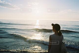 女性,1人,自然,風景,海,空,夏,屋外,ビーチ,波,帽子,水面,海岸,夕方,人,夕陽,フィルムカメラ