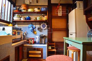 インテリア,キッチン,屋内,花瓶,水色,家,椅子,テーブル,棚,家具,雑貨,引き出し,ダイニング,デスク