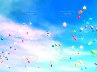 青空に飛ばした風船の写真・画像素材[3027550]