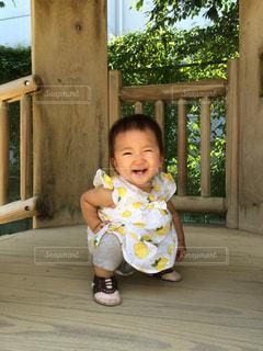テーブルに座っている小さな子供の写真・画像素材[1612922]