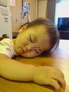 赤ん坊を持っている人の写真・画像素材[1629845]