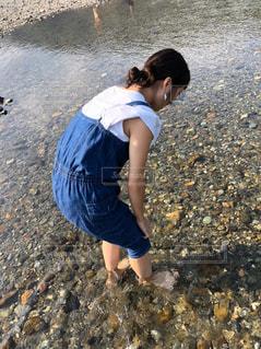 女性,風景,屋外,水,透明,川,人,石,オーバーオール,デニム,お魚探し