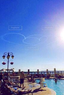 空,プール,日差し,旅行,飛行機雲,日中,コントレイル