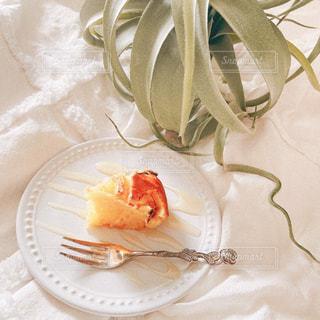 皿の上のケーキの写真・画像素材[3184740]