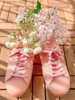 スニーカーと花の写真・画像素材[4298974]
