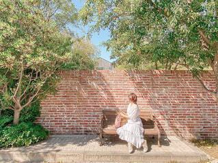 ベンチに座る人の写真・画像素材[4466430]