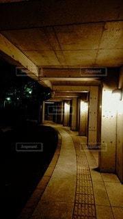 建物,夜,屋外,廊下,床,灯り,壁,点字ブロック,グレー,コンクリート,通路