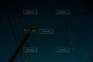 電線と冬の星座の写真・画像素材[3582360]