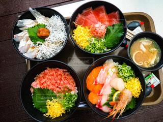 海鮮丼と味噌汁の写真・画像素材[3895394]