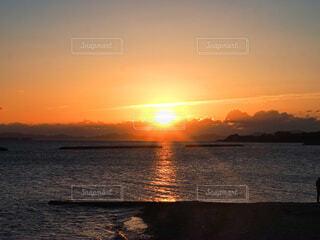 自然,風景,海,空,太陽,朝日,雲,水面,海岸,オレンジ,背景,正月,お正月,元旦,日の出,新年,初日の出,写真素材