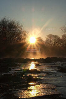 自然,風景,空,冬,屋外,太陽,朝日,川,水面,背景,岩,正月,寒い,靄,お正月,日の出,新年,初日の出,素材,縦,背景素材,モヤ,エモい,インスタ映え,冷気